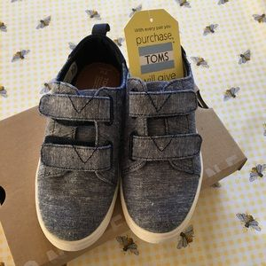 NWT Toddler Boys' TOMS, size 11.
